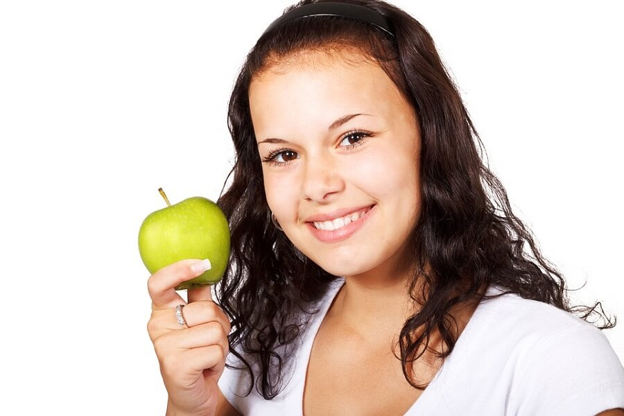 girl holding an apple online nutrition courses